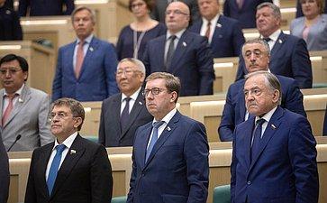 Сенаторы слушают гимн России перед началом 464-го заседания Совета Федерации