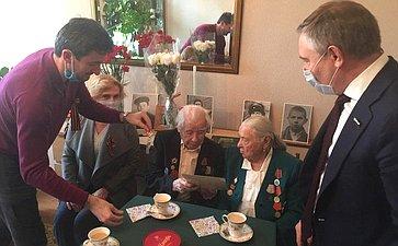 И. Святенко иА. Варфоломеев поздравили семью ветерана Великой Отечественной войны с75-летием Победы