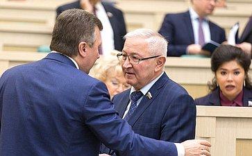 Сенаторы перед началом 427-го заседания Совета Федерации