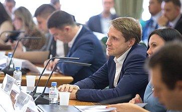 Круглый стол врамках совместного заседания Палаты молодых законодателей при СФ иМолодежной палаты при ГД