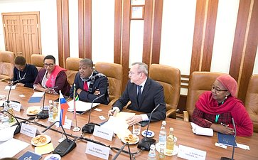 Встреча Андрея Кутепова спредседателем комитетов Национального совета провинций Парламента Южно-Африканской Республики поконтролю имежправительственным отношениям Джомо Арчиболдом Нъямби