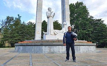 Эдуард Исаков проехал поСеверному Кавказу намотоцикле, чтобы посетить памятники воинов, подпольщиков ипартизан, сражавшихся заКубань иКавказ в1942–1943годы