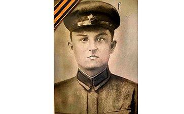 Василий Семенович Логинов (1919– 1943). Призван в1939г. Старший сержант, артиллерист, служил вчастях Юго-Западного и2 Украинского фронтов. Освобождал Украину. Награжден Орденом Красной Звезды, медалью Забоевые заслуги идр. Дядя сенатора Ю. Федорова