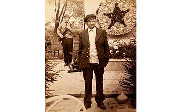 Алексей Терентьевич Лобозко. Родился 30марта 1923г. Призван воктябре 1943г. Воевал в664-м артиллерийском полку. Награжден медалями иорденами. Родственник сенатора Г.Солодун