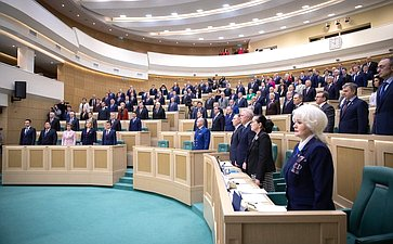 Сенаторы слушают гимн России перед началом 454-го заседания Совета Федерации