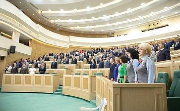 Сенаторы исполняют гимн России перед началом 415-го заседания Совета Федерации