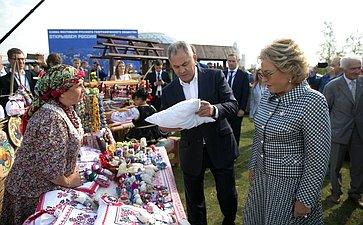 Валентина Матвиенко иСергей Шойгу посетили тематические павильоны