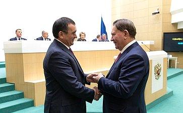 Николай Федоров вручает удостоверение члена Совета Федерации