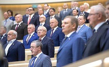 Сенаторы исполняют гимн РФ перед началом 438-го заседания Совета Федерации