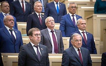 Сенаторы слушают гимн России перед началом 462-я заседание Совета Федерации