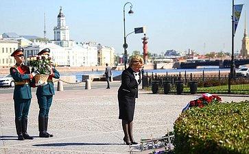 В.Матвиенко приняла участие ввозложении цветов кподножию памятника основателю Санкт-Петербурга Петру Первому «Медный всадник»