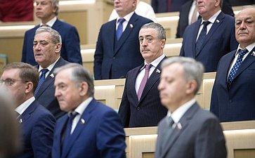 Сенаторы слушают гимн России перед началом 433-го заседания Совета Федерации
