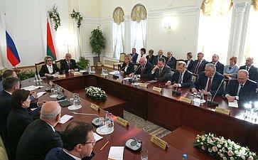 В.Матвиенко иМ.Мясникович провели совместную встречу сруководителями субъектов России иБеларуси