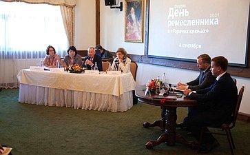 Александр Пронюшкин совместно спервым заместителем губернатора региона Александром Ремигой осмотрел ярмарку ипообщался свладимирскими ремесленниками