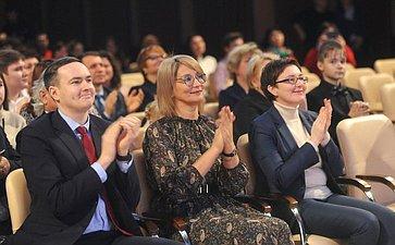 Наталия Косихина приняла участие вторжественной церемонии вручения свидетельств оназначении губернаторских стипендий одарённым детям иблагодарностей их педагогам, тренерам, научным руководителям