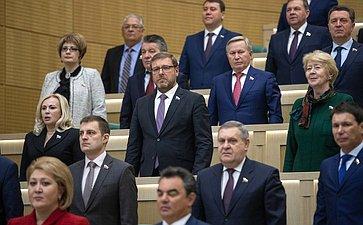 Сенаторы исполняют гимн РФ перед началом 450-го заседания Совета Федерации