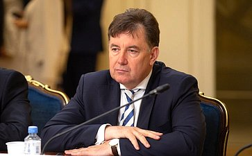 В. Момотов