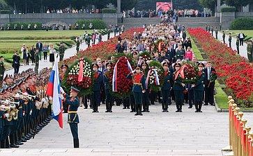 Торжественная траурная церемония возложения венков ицветов наПискаревском мемориальном кладбище