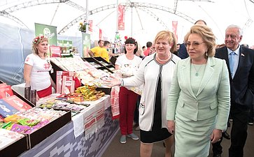 В. Матвиенко иМ. Мясникович наярмарке белорусских товаров вМоскве