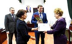 В. Зганич вручила благодарственное письмо Председателя СФ педагогу Детской школы искусств Нарьян-Мара
