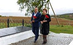 Сенаторы Е. Алтабаева иВ. Куликов возложили цветы намогилы героев намемориальном кладбище вселе Оборонное