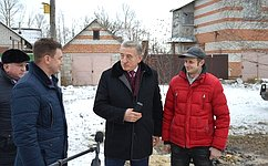 С. Лукин проинспектировал ход работ поремонту жилого дома для многодетной семьи вселе Новая Усмань-1