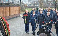 С. Лукин возложил цветы кмемориалу наАллее Героев вВоронеже
