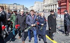 С. Цеков иО. Ковитиди провели мемориальную акцию, посвященную Победе вВеликой Отечественной войне иосвобождению Крыма