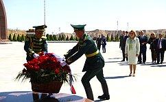 В. Матвиенко возложила цветы кпамятнику павшим вВеликой Отечественной войне вАшхабаде