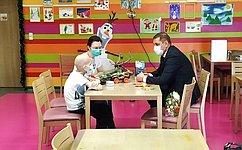 Н. Семисотов вручил заветный подарок девятилетнему Максиму Ракшину изВолгоградской области