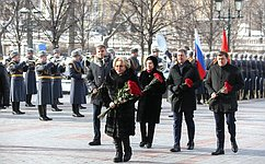 В. Матвиенко приняла участие вцеремонии возложения цветов кМогиле Неизвестного Солдата