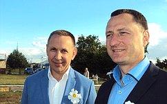 О.Алексеев поздравил супругов сРомашковой свадьбой