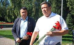 В. Полетаев возложил цветы кпамятнику воинам-землякам, погибшим влокальных войнах ивооруженных конфликтах