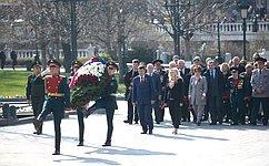 Сенаторы провели мемориальную акцию, посвященную 75-й годовщине освобождения Крыма отнемецко-фашистских захватчиков