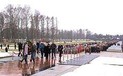 В.Матвиенко возложила венок кмонументу «Родина-мать» наПискаревском мемориальном кладбище