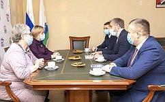 Д. Гусев передал Ненецкой средней школе имени А.П.Пырерки сертификат наприобретение оргтехники