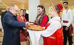 Сенаторы посетили вАшхабаде российско-туркменскую школу ипередали ей вдар детские книги