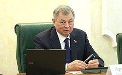 А. Артамонов предложил проработать вопрос опередаче нафедеральный уровень полномочий поуплате страховых взносов наОМС неработающего населения