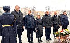 Г. Солодун приняла участие вцеремонии возложения цветов впамять погибших защитников Отечества вБрянске