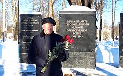 С. Березкин вДень защитника Отечества возложил цветы кмемориалам впамять опогибших вгоды Великой Отечественной войны