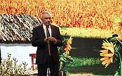 Сенатор Владимир Бекетов врамках работы врегионе принял участие традиционном Празднике урожая