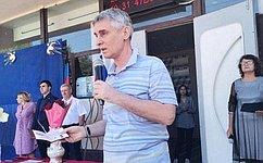 С. Фабричный передал спортинвентарь донецкой школе ипривез вВеликий Новгород изДонецка 50 саженцев роз