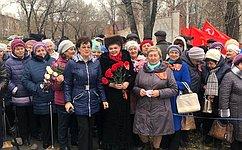 В.Петренко приняла участие воткрытии памятника вчесть 100-летия комсомола