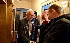 Сенатор Сергей Леонов поздравил ветерана, для которого провели персональный парад