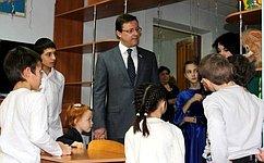 Д. Азаров поздравил воспитанников приюта «Ровесник» сНовым годом