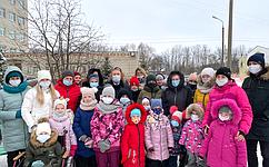 Н. Косихина иС. Березкин устроили детский праздник для пациентов областной детской больницы