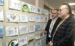 А.Тотоонов посетил выставку «Дети рисуют мир», проходящую вшколе города Беслана