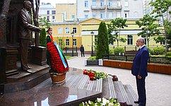И. Умаханов принял участие вцеремонии возложения цветов кпамятнику Первому Президенту Республики Узбекистан