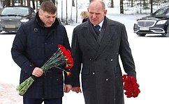Д. Василенко иА.Карелин посетили мемориал павшим воинам наНевском пятачке вЛенинградской области