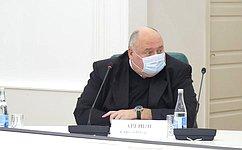 C. Аренин передал саратовским врачам лекарства для лечения коронавируса